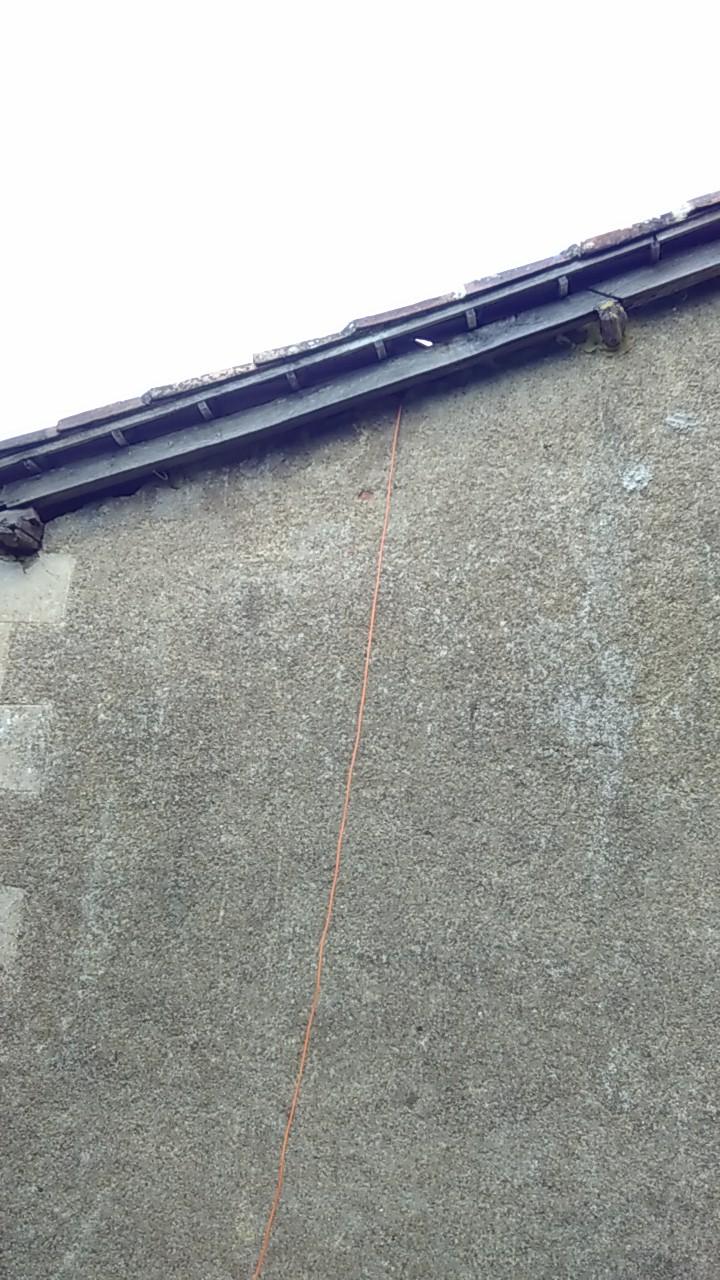 un cable orange qui descends des combles