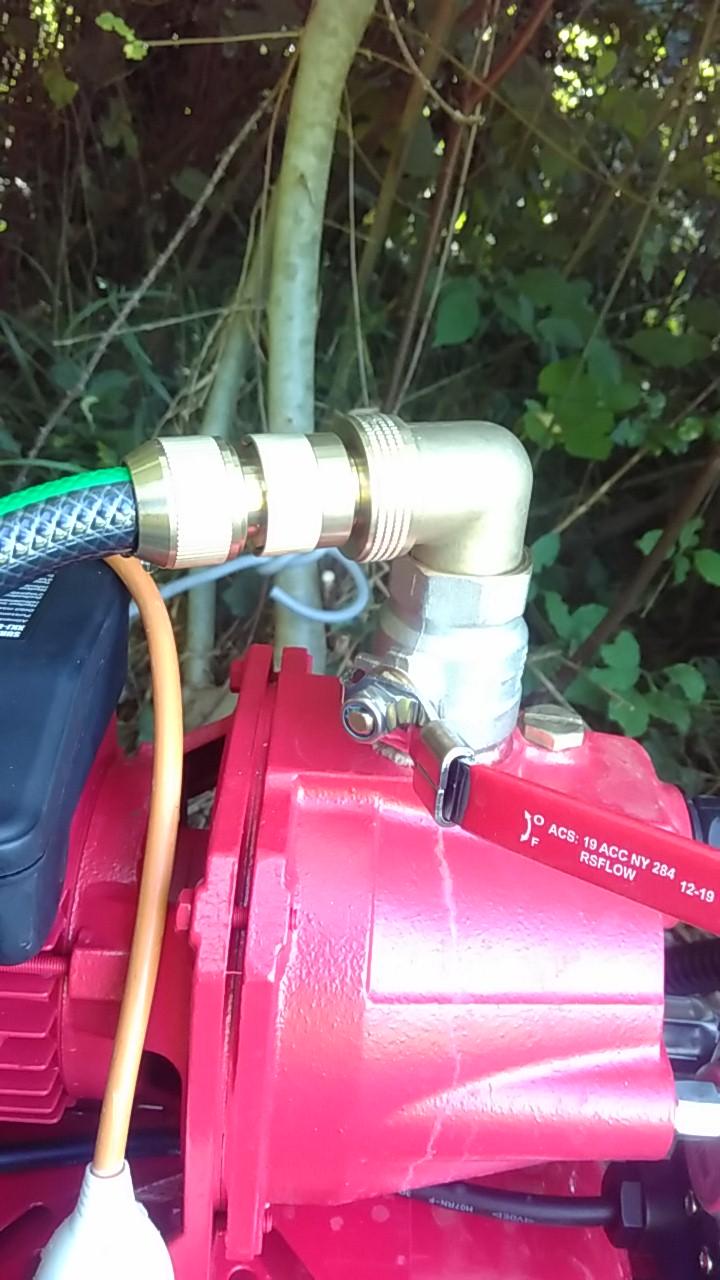 raccord en métal sur la pompe, une vanne suivit d'un coude puis du branchement sur le tuyau d'arrosage